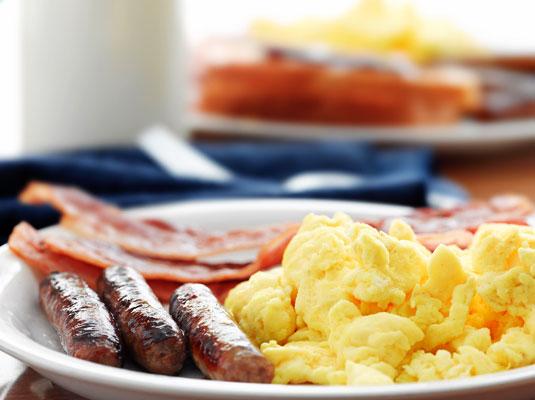 Frühstück (Rührei, Würstchen, Bacon) Atkins-Diät